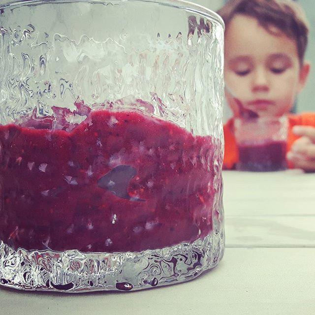 Är det en smoothie, glass eller fruktpurė?  Så länge kidsen väljer det framför vanlig glass är det bara att köra på!  Blanda först havremjölk med en eller två bananer. Sen häller du i alla frysta bär du har i frysen (blåbär, lingon, hallon, jordgubbar och mango) i en salig blandning och i omgångar tills blandningen börjar frysa till.  Käka direkt eller låt smälta till en smoothie.