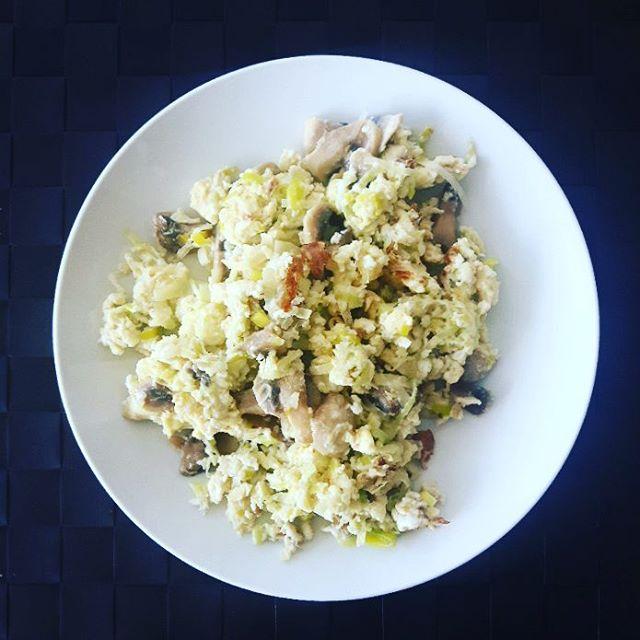 Om du äter ägg så är det här en enkel, snabb och smarrig frukost.  Champinjoner, purjolök och ekologiska ägg. Klart!  Sen kan du blanda i chili och ingefära och smacka på tabasco!