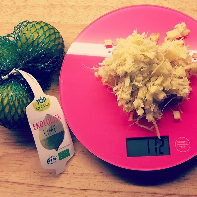 Ginger boost with lime/lemon.  Det här är en grym grej att testa inför förkylningstider eller när du behöver en mindre boost som skickar dig ur träskorna!  Du behöver: Valfri mängd riven ingefära.  Dubbelt så mycket vatten  Färskpressad lime eller citron Honung. (Kan uteslutas ifall du vill)  Gör så här: Riv ingefäran. Häll dubbelt så mycket vatten i en kastrull. (100gr ingefära = 2dl vatten) Värm till max 60 grader. Låt stå och dra.  Pressa och sila bort ingefäran.  Pressa i lika många citroner som antal dl vatten.  Kläm i en skvätt honung om du vill.  Häll i rengjord flaska och skicka in i kylen.  Klart!