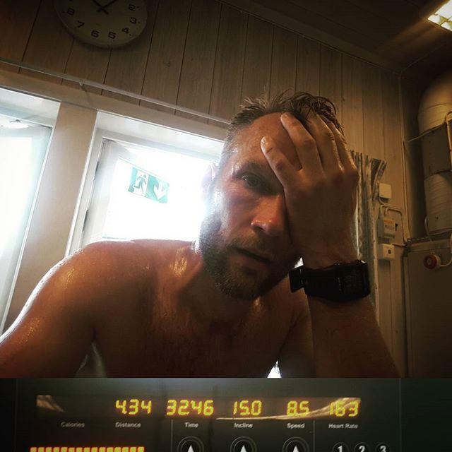 Ok. När Sveriges snabbaste brandman säger att Moras intervaller is tha shit, då kan man inte göra annat än att köra på.  Så här gör du: -Maxlutning på bandet -4 minuter vila 2 -Ställ en hastighet som du klarar hela vägen.  Vill du gämföra dig med mig som lätt får hybris? Kör 1:a på 10km/h, 2:a på 8km/h, 3:an och 4:an på 8,5 km/h.  Skönt att springa inomhus på sommarens finaste dag.
