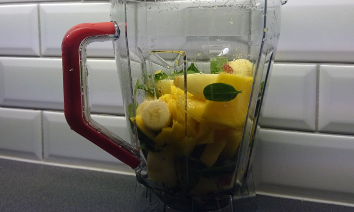 blender-in-the-making-of-smoothie