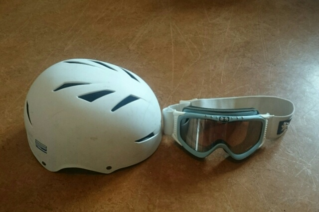Det är obligatoriskt med hjälm och skidglasögon på Everest Challenge