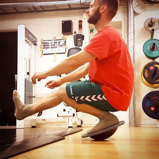 Pistol Squats på balansbräda i finaste träningskläder. Kramp i benet.  Helt vanlig lördag.  Inga konstigheter.