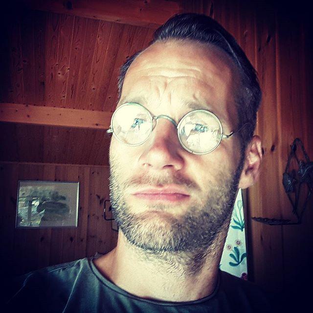 Feeling stylish in my grandma's grandfather's glasses.  Långtråkigt I skogen?  Nej, inte alls! Hittade precis ett par glasögon som är över 100 år gamla.  Nu leker livet!  Snart ska vi kolla på blåbär som mognar.  Hörs! ?