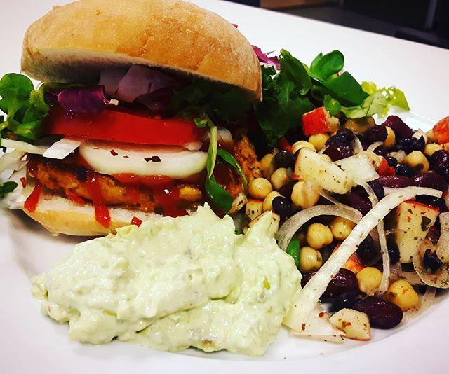 Haloumiburgare med surdegsbröd, guacamole och bönsallad. Let's enter the summer vegetarian style!  Recept på inom kort på www.superkroppen.nu