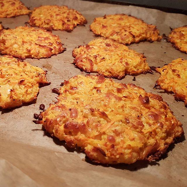 Halloumiburgare. Värsta bästa! Går att använda till hamburgare eller som de är!  Du behöver: 3 rivna morötter 1 riven halloumi  2 ägg 1dl ströbröd  Chiliflakes, salt och peppar. Blanda  Ugnen på 220c tills de är gyllenbruna. (Ca 10-15 minuter) Klart! --------------------------------------------------