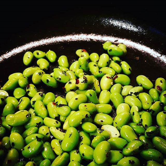 Snacks!  Frysta sojabönor blir snabbt supergoda snacks efter en vända i en fräshet stekpanna med kryddor.  I med en skvätt olja, chiliflakes, salt/peppar, oregano och spiskummin. (Eller din favoritblandning) Klart!
