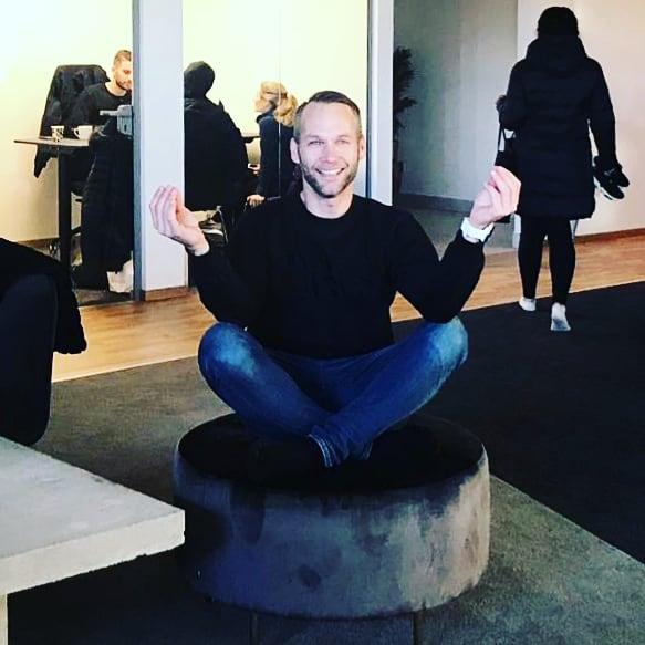 """Yoga! Kolla här! @gymomotion har en ny ambassadör för yoga på deras nya superfina anläggning! Tadaaa! 😮😀 """"What?!"""" Tänker du nu (såklart!) """"Du kan väl inte yoga?"""" Precis!  Det stämmer! Den enda gången jag testade så fick jag lite panik över att träningen var så långsam. Men nu jäklar! Namaste  och carpe diem, nu blir det solhälsningar för hela slanten. Och Hotmojo minsann!  Och du.  Kan jag yoga så kan nog fasen vem som helst brytas ner i en graciös variant av den """"enbenta kungspingvinen"""". (Googla genast!) Förresten, vilken är din favvoposition? 😀 ---------------------------------------------"""