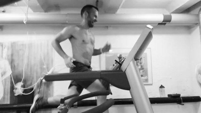 Sätt bandet på 21km/h och spring en minut.  Ståvila tills pulsen gått ner. (120-130/min) Upprepa tills du inte klarar en minut längre.  Sitt lugnt och tänk på att maratonlöparna i världseliten håller ut i två timmar! 😮♂️ Förresten, hur många intervallminuter klarar du? ----------------------------