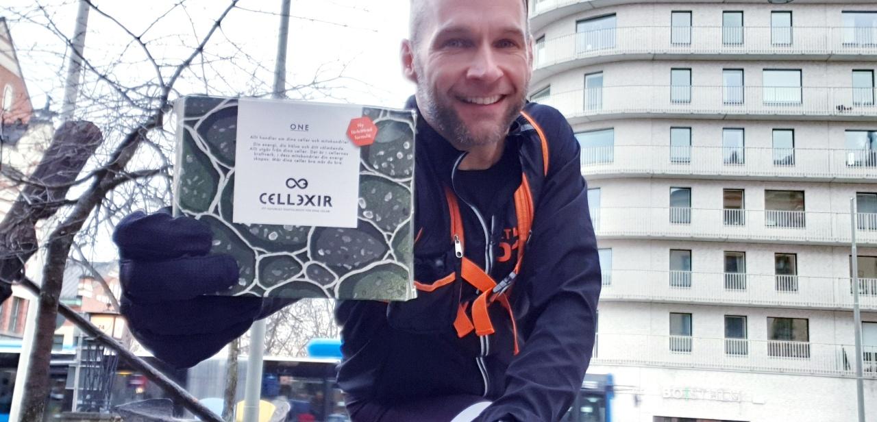Andreas håller ett paket med Cellexir One och ser glad ut!